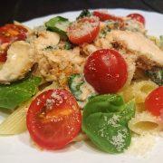 Makaron z łososiem, szpinakiem i pomidorkami w sosie gorgonzola