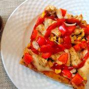 Pizza – kurczak, pieczarki, papryka, cebula, kukurydza, mozzarella