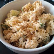 Ryżowa sałatka z kurczakiem i ogórkiem