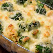 Makaronowa zapiekanka z kurczakiem, brokułem i gorgonzolą