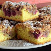 Migdałowe ciasto z rabarbarem i malinami