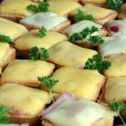 Mini sucharki zapiekane z szynką i serem