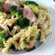 Makaronowa zapiekanka z łososiem i brokułem