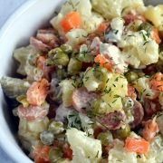 Kalafiorowo-ziemniaczana sałatka z parówkami
