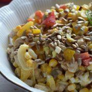 Sałatka z kurczakiem, papryką i kukurydzą