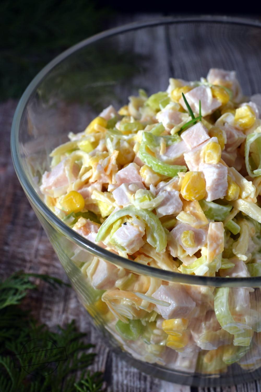 Salatka Z Porem Wedzonym Kurczakiem I Zoltym Serem Smaki Na Talerzu