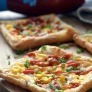 Pizza z ciasta francuskiego z tuńczykiem i kukurydzą