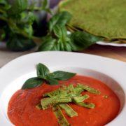 """Krem pomidorowy z """"makaronem"""" ze szpinakowego naleśnika"""