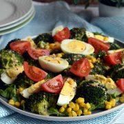 Sałatka z brokułami, jajkami i kukurydzą