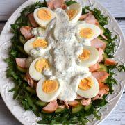 Zielona sałatka z jajkiem i łososiem