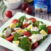 Sałatka brokułowo-pomidorowa z tuńczykowym sosem