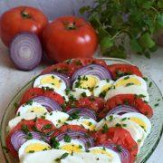 Sałatka z jajek, pomidorów, mozzarelli i czerwonej cebuli