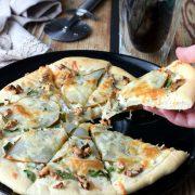 Pizza z gruszką, orzechami i szpinakiem