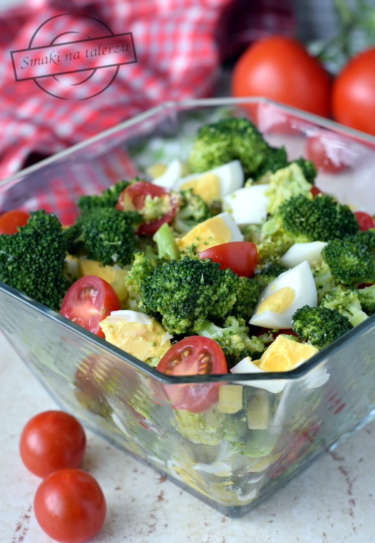 Salatka Brokulowa Z Jajkiem I Pomidorami Smaki Na Talerzu