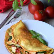 Omlet z pomidorem, cebulą i cukinią