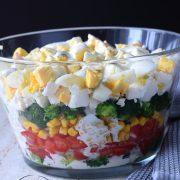 Sałatka brokułowa z jajkami i pomidorem – warstwowa