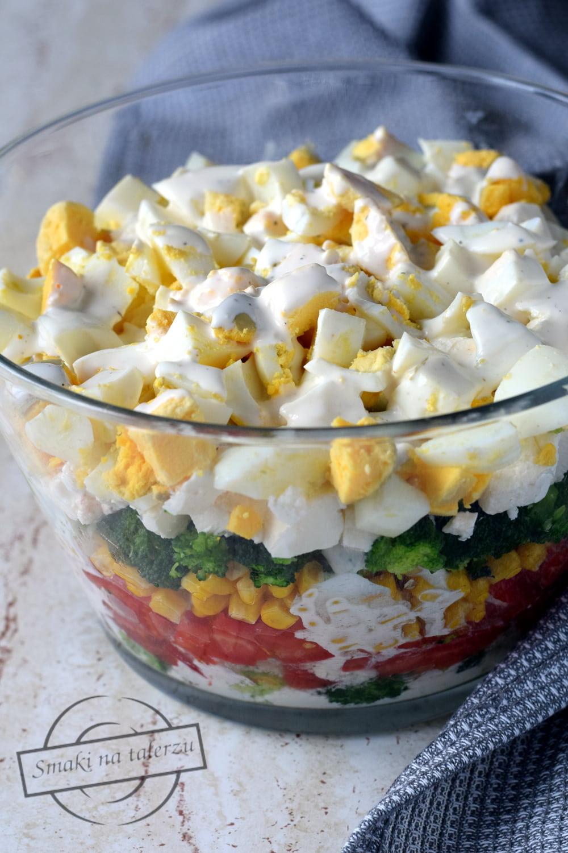 Salatka Brokulowa Z Jajkami I Pomidorem Warstwowa Smaki Na Talerzu