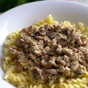 Makaron z mięsem mielonym, boczkiem i pieczarkami w śmietanowym sosie