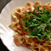 Makaron z pomidorowo-serowym sosem i rukolą