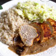 Pieczona pierś kurczaka z kaszą i sosem śliwkowym
