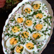 Jajka w wiosennym sosie (z rzodkiewką i ogórkiem)