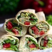 Tortilla z pastą serowo-brokułową i warzywami