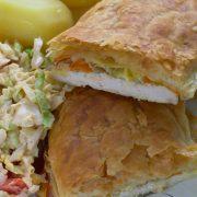 Filet z kurczaka z porem, marchewką i kapustą pekińską pod ciastem francuskim