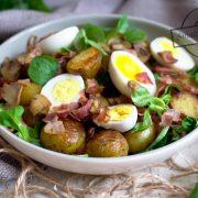 Letni obiad - młode ziemniaki z roszponką, jajkiem, boczkiem i pieczarkami