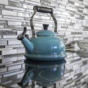 Retro czajniki z gwizdkiem - ponadczasowy design i funkcjonalność