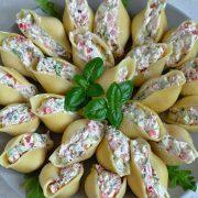 Makaronowe muszle z kanapkowym serkiem, łososiem i warzywami