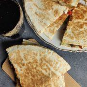 Quesadilla z serem, pieczarkami i kiełbasą krakowską