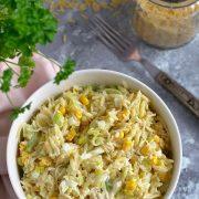 Sałatka z makaronem orzo, porem i kukurydzą