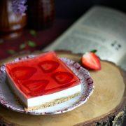 Ciasto z piankami marshmallow, truskawkami i galaretką - bez pieczenia