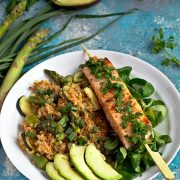 Kasza z zielonymi warzywami z grillowanym łososiem