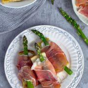 Grzanka ze szparagami, mozzarellą i szynką parmeńską