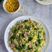 Sałatka brokułowa z jajkami, kukurydzą i tuńczykiem