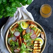 Sałatka z grillowanym kurczakiem i halloumi