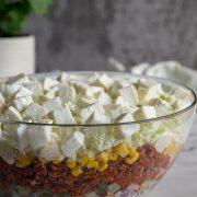 Warstwowa sałatka z mięsem mielonym i mozzarellą
