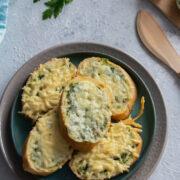 Bagietka z masłem pietruszkowo-czosnkowym i serem