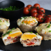 Koszyczki z chleba tostowego z jajkiem i boczkiem