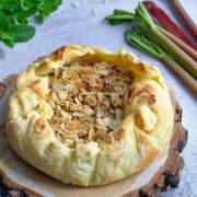 Ciasto francuskie z migdałowym nadzieniem i rabarbarem