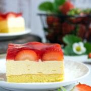 Ciasto z budyniową masą ajerkoniakową i truskawkami