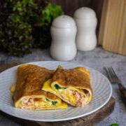 Rolowany omlet z łososiem, serem i szczypiorkiem
