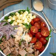 Sałatka z tuńczykiem, serem i pomidorkami
