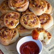 Bułeczki z kiełbasą i serem