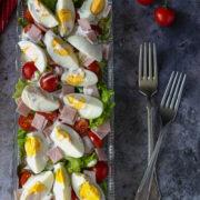 Sałatka z jajkami, szynką i pomidorem